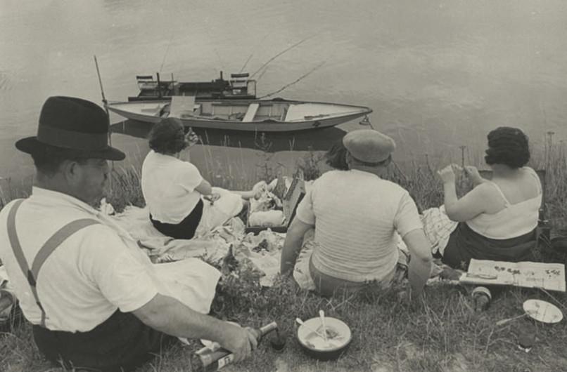 Domenica in riva alla Senna, Francia, 1938- Henri Cartier-Bresson